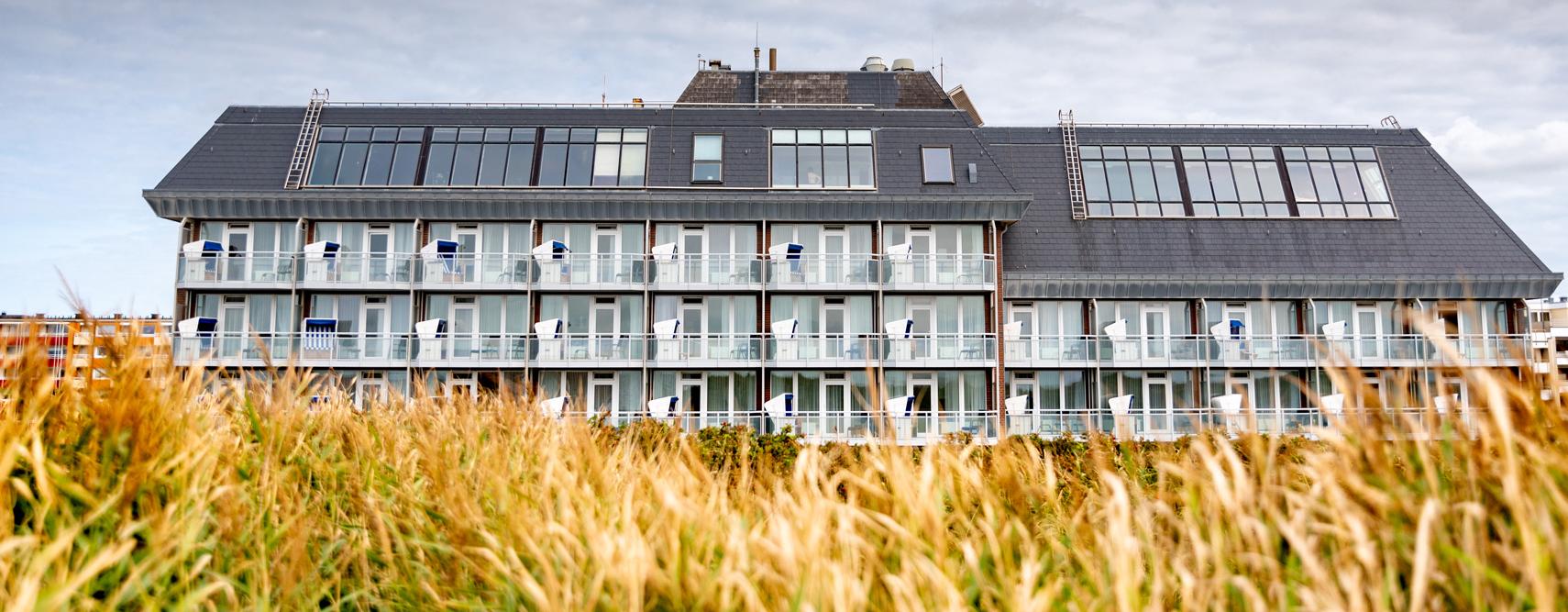 Wyn. Strandhotel Sylt in Westerland am Strand hinter den Dünen