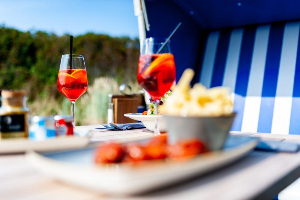 Genieße dein Getrank auf der terrasse vom Wyn. Strandhotel Sylt